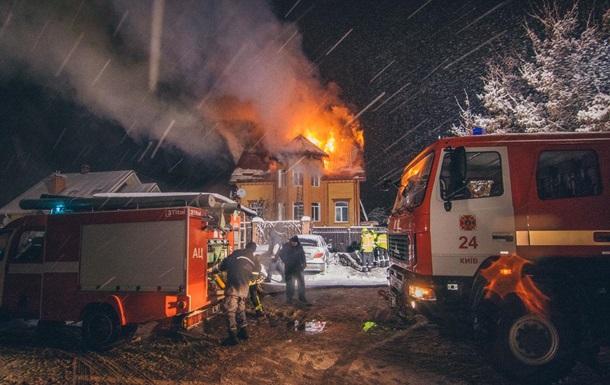 У Києві дві години гасили пожежу в приватному будинку