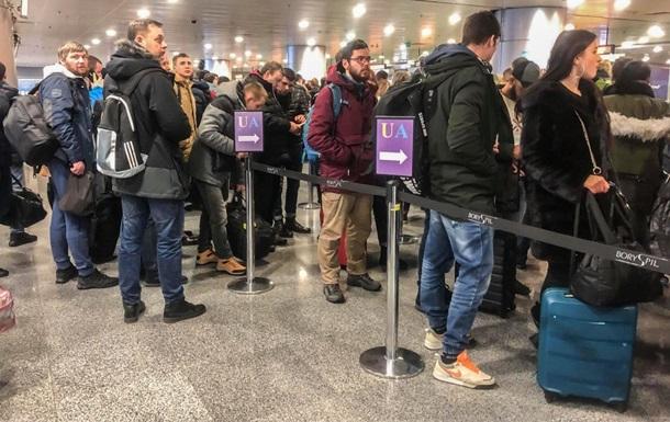 В аэропорту Киева образовались большие очереди