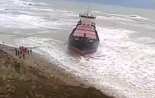 В Черном море сел на мель сухогруз