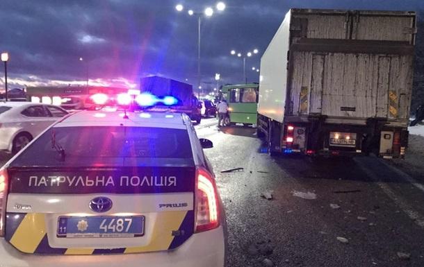 Под Киевом грузовик врезался в маршрутку: шесть пострадавших