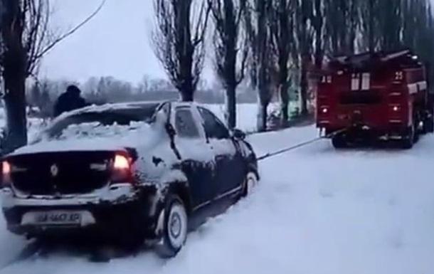 В Украине 900 авто застряли в снежном плену