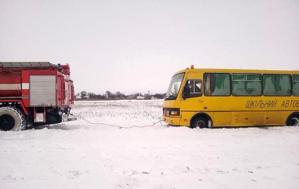 Под Киевом в снегу застряли школьный автобус и  скорая