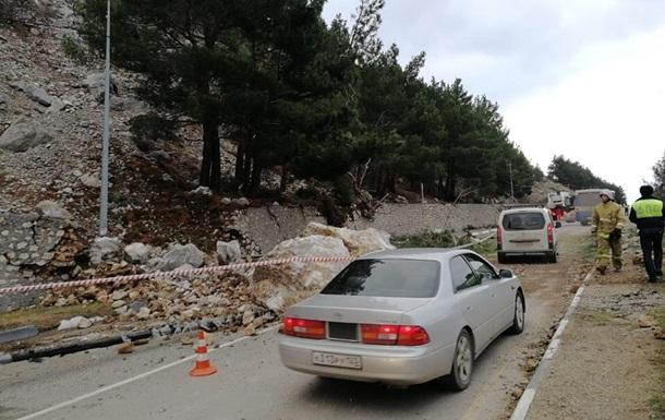 В Крыму на трассе произошел горный обвал