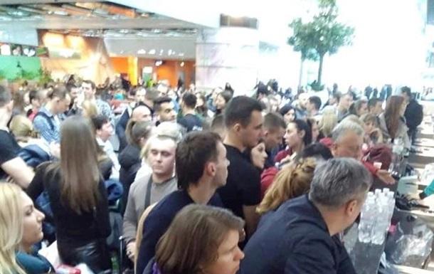 В аэропортах Львова и Киева застряли сотни туристов в Египет