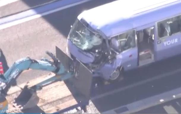 В Японии 16 человек пострадали в ДТП с грузовиком