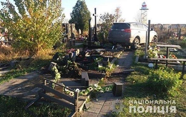 В Харькове священник восстановил разрушенные им могилы