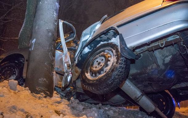 У Дніпрі автомобіль влетів у стовп: водій загинув