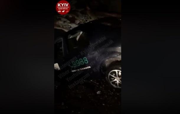 В Киеве такси провалилось в яму
