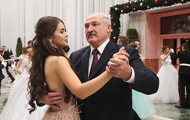 Лукашенко станцював на балу з Міс Білорусь