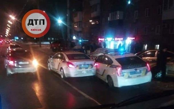 У Києві поліцейські авто зіткнулися у смузі громадського транспорту