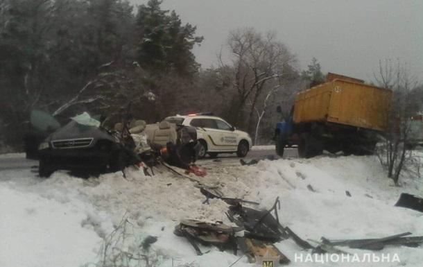 Під Києвом авто зіткнулося з вантажівкою: троє загиблих