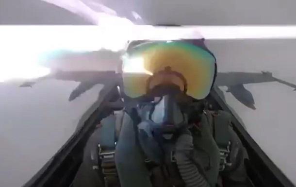 Появилось видео удара молнии по истребителю F-18