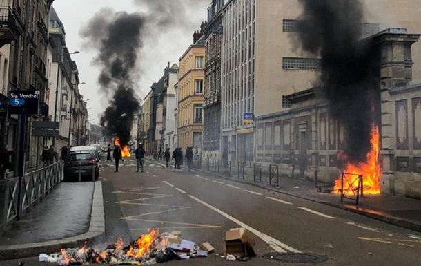 Жовті жилети  підпалили вхід до будівлі Банку Франції