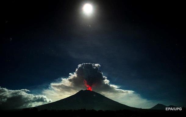В Индонезии новое извержение вулкана, повышен уровень опасности