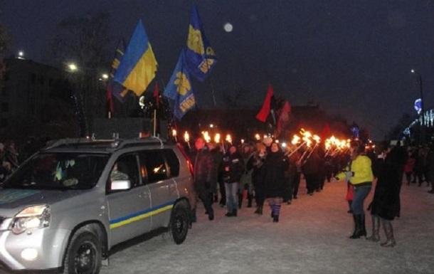 Националисты вновогодних костюмах идут поцентру украинской столицы маршем вчесть Бандеры