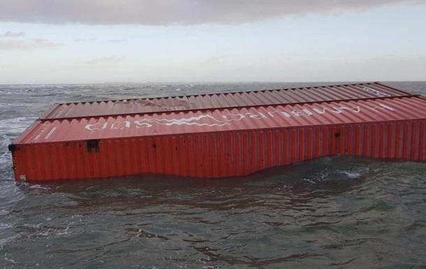 Біля берегів Нідерландів шторм змив із судна контейнери з хімікатами