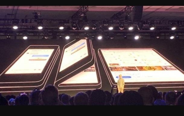 Смартфон Самсунг Galaxy S10 с«дырявым» дисплеем позирует нафото