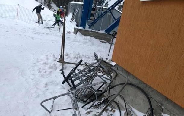 На украинском курорте с подъемника упали лыжники - соцсети