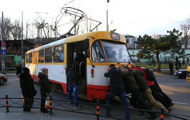 В Одессе пассажиры толкали трамвай