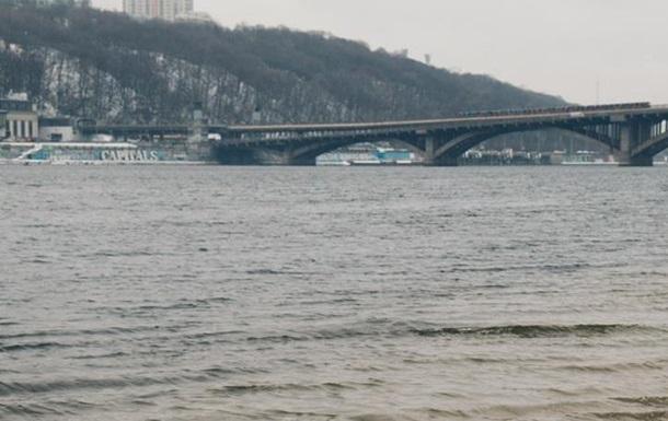 У Києві з Дніпра витягли труп жінки