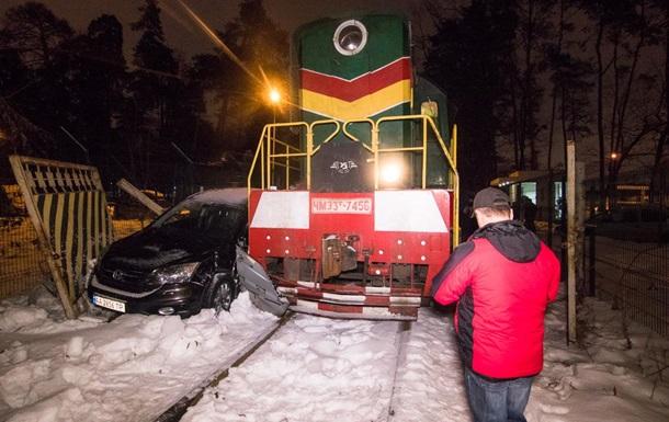 У Києві потяг протаранив Honda