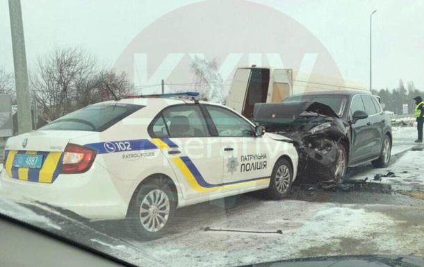 Під Києвом сталася потрійна ДТП за участю авто поліції
