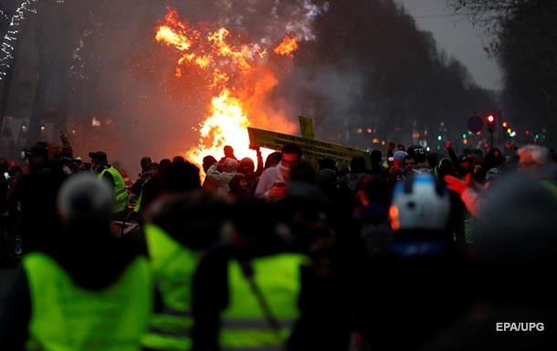 Протесты в Париже: полицейские применили слезоточивый газ