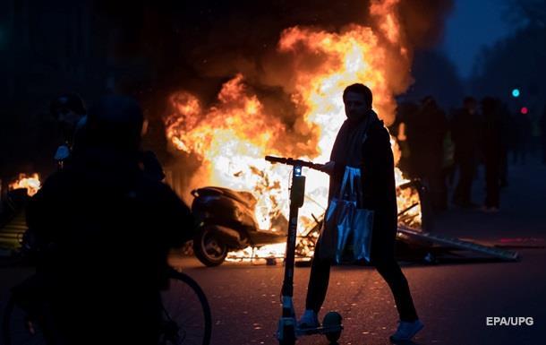 Желтые жилеты  атаковали офис спикера правительства Франции