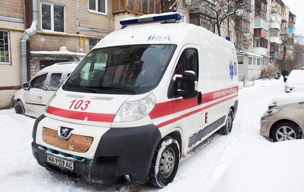 У Києві у дворі будинку померла жінка