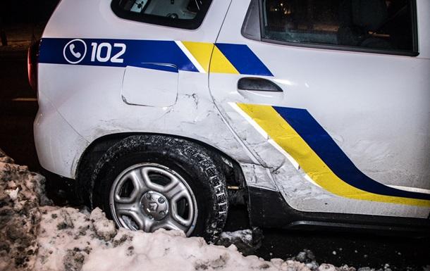 У Києві таксі врізалося в автомобіль поліції
