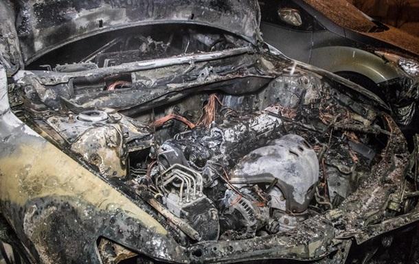 В Киеве во дворе дома сгорели два автомобиля
