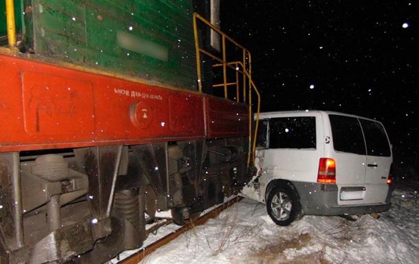 На Буковине микроавтобус врезался в поезд, есть пострадавшие