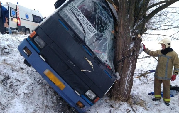 У Херсонській області автобус врізався в дерево, є постраждалі