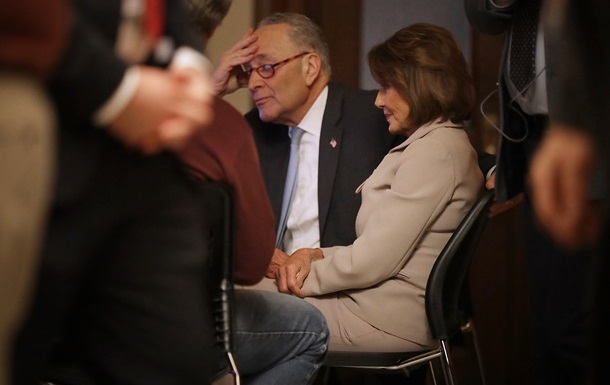 """""""Сказал пока-пока"""": Трамп ушел со встречи с лидерами демократов"""