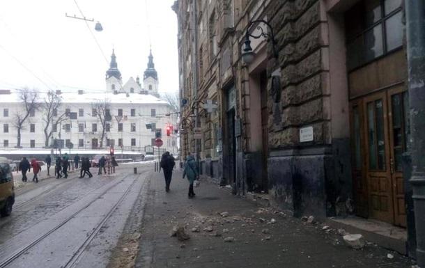 В центре Львова обрушился фасад дома