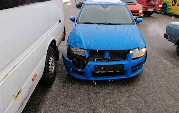 У Дніпрі зіткнулися автомобіль і маршрутка з пасажирами