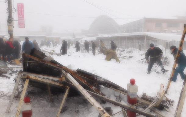 В Макеевке рухнул навес над рынком, есть пострадавшие