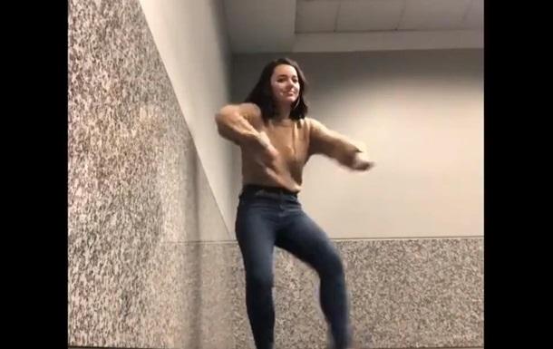 Туристка прославилась в Сети танцем в аэропорту
