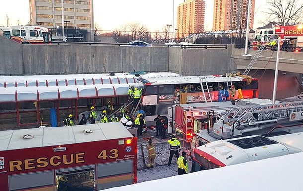 В Канаде автобус влетел в остановку: есть жертвы