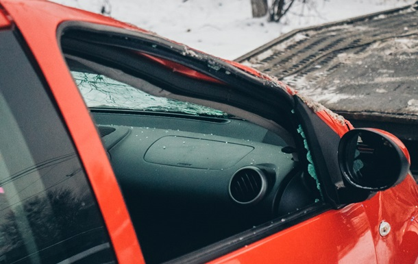 В Киеве автомобиль снес ограждение и перевернулся