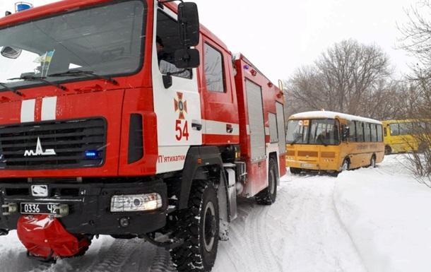 Под Днепром бойцы ГСЧС спасали школьный автобус