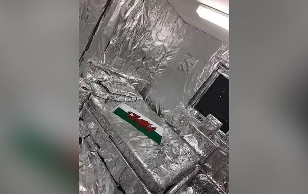 Солдаты обклеили комнату друга 900 метрами фольги