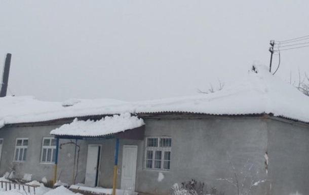 Негода на Закарпатті: від снігу обвалився дах у школі