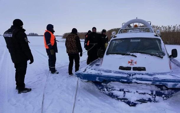 На Київському водосховищі снігохід провалився під лід, є жертви