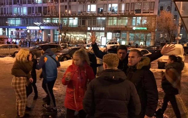 В центре Киева банда подростков избивает людей