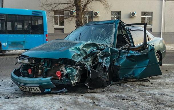 У Дніпрі зіткнулися автобус і автомобіль: утворився затор