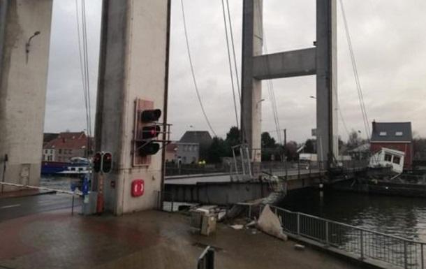 В Брюсселе обрушился мост, движение водного транспорта заблокировано