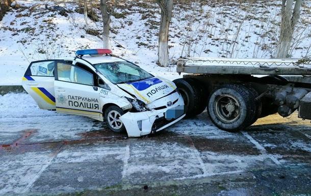 В Одесі патрульне авто врізалося в КамАЗ, постраждали поліцейські