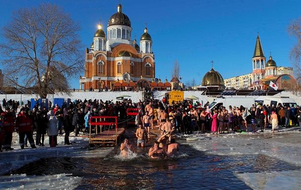 Хрещення Господнє: Кияни купаються в Дніпрі