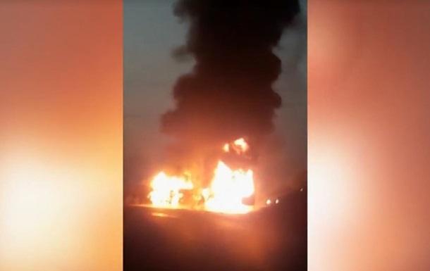 У Пакистані автобус зіткнувся з бензовозом: 27 жертв
